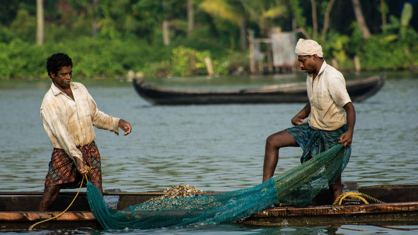 Ashtamudi Estuary short-necked clam fishers © Wetjens Dimmlich \/ WWF-SFI